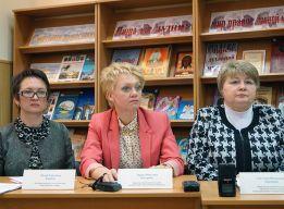 Выступает Лариса МОТОРИНА (в центре)