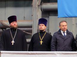 Отец Олег (в центре)