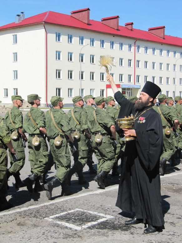 Полковой священник кропит солдат св. водой