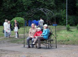 На скамье семья