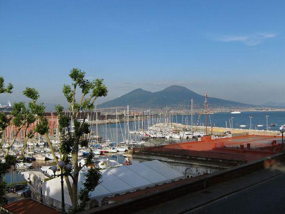Вид на Везувий с набережной Неаполя