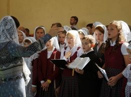 Поёт сводный хор