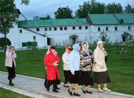 На монастырском дворе