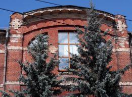 Алтарное окно с крестами в кладке